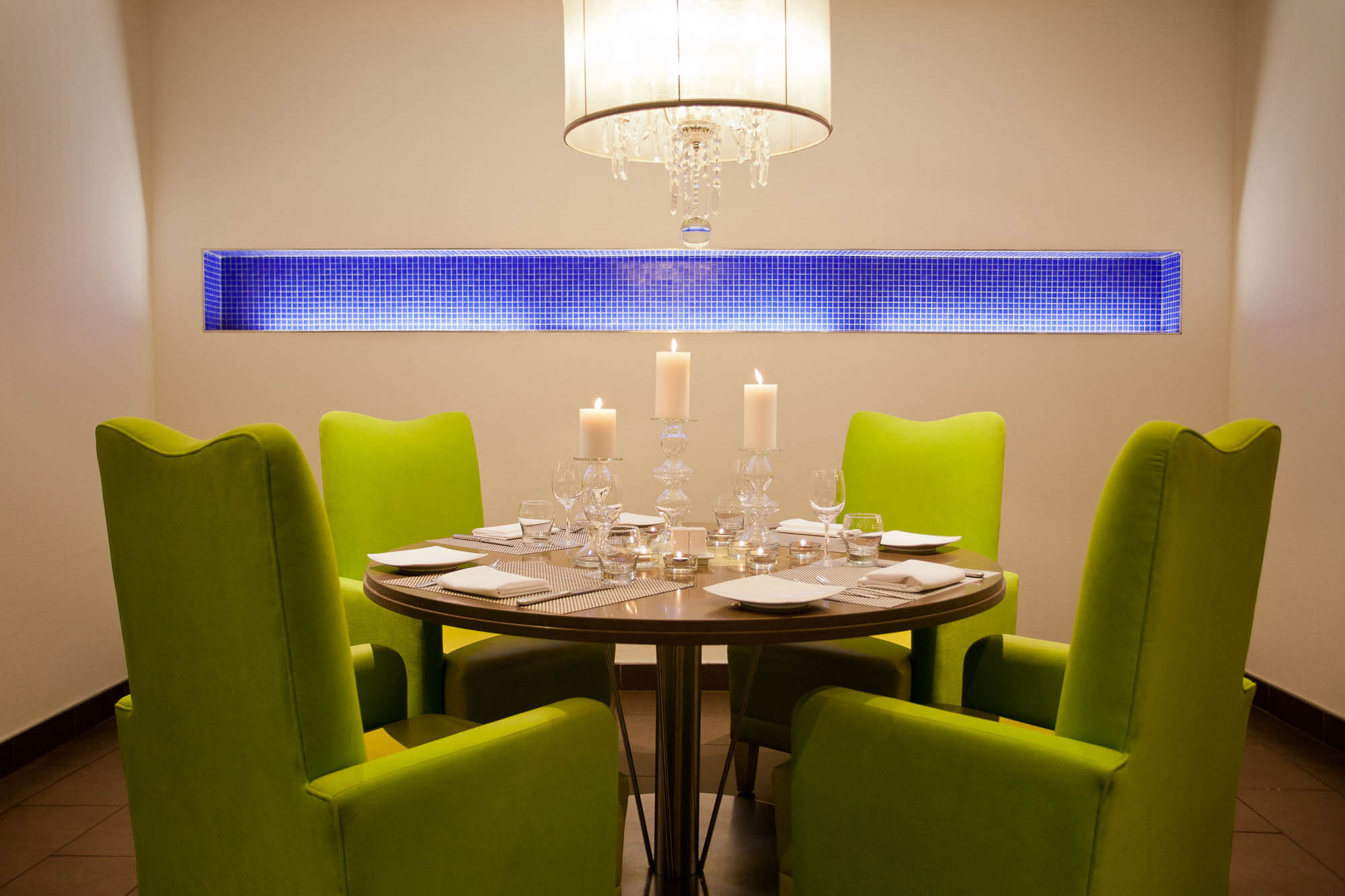 Table set for 4 with green lounge chairs